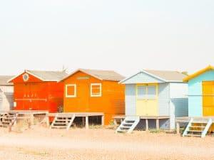 Droom waarmaken in een kleurrijk huisje aan zee